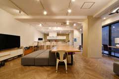 ラウンジの様子2。奥にキッチンがあります。(2020-12-08,共用部,LIVINGROOM,-1F)