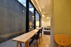 窓側にはワークスペースがあります。(2020-12-08,共用部,LIVINGROOM,-1F)