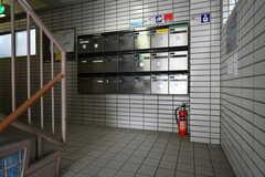 マンションのエントランス。郵便受けが並んでいます。(2020-05-21,周辺環境,ENTRANCE,1F)
