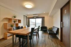 リビングの様子2。壁際にソファも設置されています。(2020-05-21,共用部,LIVINGROOM,6F)