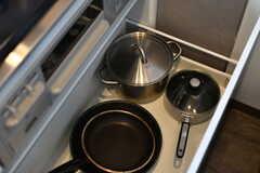 ガスコンロ下に鍋類が収納されています。(2020-05-21,共用部,KITCHEN,6F)