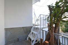 玄関前の階段からテラスに出られます。(2016-02-18,共用部,OTHER,1F)