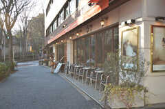 駅前にあるオープンテラス付きのカフェ・レストラン。(2016-02-18,共用部,ENVIRONMENT,1F)