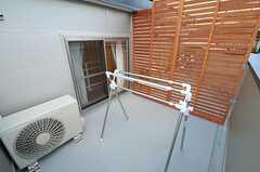 ベランダの様子。物干しは布団を干せる長さに伸ばすことができます。(203号室)(2012-09-14,専有部,ROOM,2F)