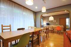 リビングの様子5。奥にもダイニングテーブルがあります。(2011-10-24,共用部,LIVINGROOM,1F)