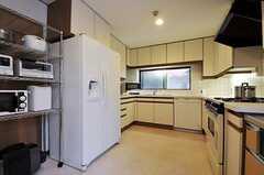 キッチンの様子。冷蔵庫は各部屋に備え付けられていますが、共用の冷蔵庫もあります。(2011-10-24,共用部,KITCHEN,1F)