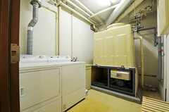 ランドリールームの様子2。乾燥機はガス式なので乾きが早いそう。(2011-11-10,共用部,LAUNDRY,)