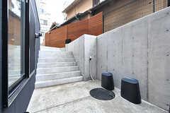 玄関前の様子2。アプローチからは階段ですこし下ります。(2017-03-31,周辺環境,ENTRANCE,)