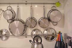 調理器具は壁に掛けて収納されています。(2017-03-31,共用部,KITCHEN,)