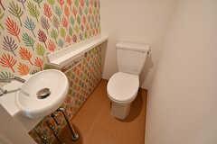 トイレの様子。洗面スペースとしても使えるよう、これから鏡が設置されるとのこと。(103号室)(2017-03-31,専有部,ROOM,1F)