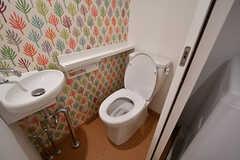 トイレの様子。(106号室)(2017-03-31,専有部,ROOM,1F)