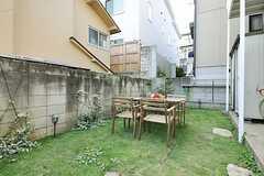 庭の様子。テーブル&チェアが置かれています。(2013-08-14,共用部,OTHER,1F)