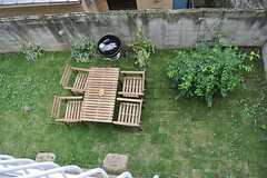 庭を見下ろすとこんな感じ。(203号室) ※事業者様提供素材(2013-08-14,専有部,ROOM,2F)