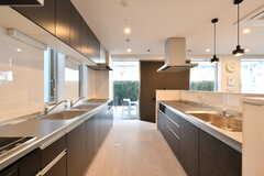 キッチンの様子2。シンクとヒーターは3セット。(2021-04-07,共用部,KITCHEN,1F)
