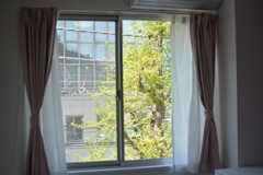 窓の先に緑が見えて気持ちがいいです。(302号室)(2021-04-07,専有部,ROOM,3F)
