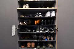 靴箱の様子。専有部ごとに使えるスペースが決まっています。(2018-02-09,周辺環境,ENTRANCE,1F)