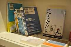 本棚にはランニングや健康にまつわる書籍が並んでいます。(2013-02-21,共用部,TOILET,)