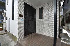 シェアハウスの玄関ドア。右手に郵便ポストがあります。(2016-10-26,周辺環境,ENTRANCE,1F)