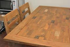 木でできたタイルのようなデザインのテーブル。(2016-10-26,共用部,LIVINGROOM,2F)