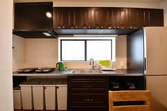 キッチンの様子2。玄関ドアと同じくチョコレートをイメージしたデザインです。(2016-10-26,共用部,KITCHEN,2F)