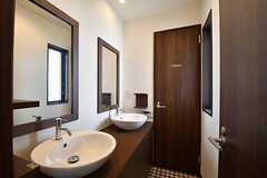 パウダールームの様子。奥のドアはトイレです。シャワールームは1階に設置されています。(2016-10-26,共用部,OTHER,2F)