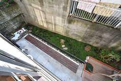 窓の下には庭が見えます。(203号室)(2016-10-26,専有部,ROOM,2F)