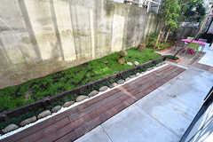 庭の様子。右手はオーナーさん宅の庭につながっていて、そちらは使用できません。(102号室)(2016-10-26,専有部,ROOM,1F)