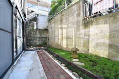 庭の様子。基本的には102号室と共用です。(103号室)(2016-10-26,専有部,ROOM,1F)
