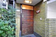 シェアハウスの正面玄関。(2009-12-24,周辺環境,ENTRANCE,1F)