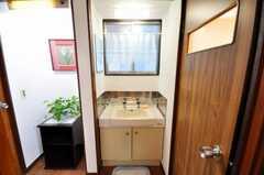 洗面台の様子。左手はオーナーの専有部です。(2009-12-23,共用部,TOILET,1F)