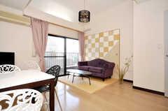 シェアハウスのラウンジの様子2。紫のソファがシンボルです。(2009-10-09,共用部,LIVINGROOM,7F)
