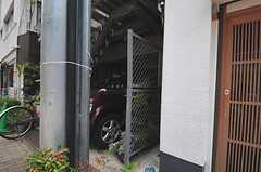隣の建物との間にある細い通路の先に、正面玄関があります。(2013-05-23,共用部,OUTLOOK,1F)