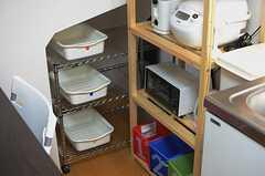 シンク脇のラックにはキッチン家電が置かれています。奥には専有部ごとの収納スペースも設けられています。(2013-05-23,共用部,KITCHEN,2F)