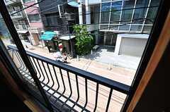窓の外は通りに面しています。(201号室)(2013-05-23,専有部,ROOM,2F)