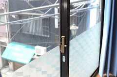 外から内部が見えないよう、下半分はすりガラスになっています。(302号室)(2013-05-23,専有部,ROOM,3F)