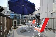 屋上の様子。チェアとパラソルが用意されています。(2013-05-23,共用部,OTHER,4F)