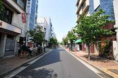 東京メトロ日比谷線・広尾駅からシェアハウスへ向かう途中の商店街の様子。(2013-05-23,共用部,ENVIRONMENT,1F)
