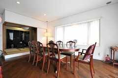 ダイニングの様子。奥の和室はオーナーさんの荷物があるので、残念ながら使えません。(2013-06-28,共用部,LIVINGROOM,2F)