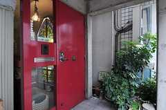 シェアハウスの玄関ドアの様子。(2011-05-12,周辺環境,ENTRANCE,1F)
