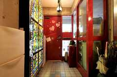 内部から見た玄関周りの様子。左手にはステンドグラス風のアートも。(2011-05-12,周辺環境,ENTRANCE,1F)
