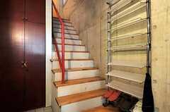 階段とシューズラックの様子。リビングは3Fです。(2011-05-12,周辺環境,ENTRANCE,1F)