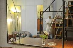 壁の一面には大きな鏡があります。(2011-05-12,共用部,LIVINGROOM,3F)