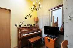 シャンデリアにピアノ。オシャレな空間です。(2011-05-12,共用部,LIVINGROOM,3F)