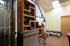 棚にはオーナーさんの私物が飾られています。(2011-05-12,共用部,LIVINGROOM,3F)