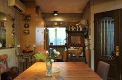 リビングからキッチン側を見ると、こんな感じ。(2011-05-12,共用部,LIVINGROOM,3F)