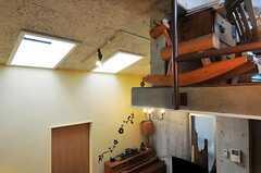 リビングの天井の様子。明かり取りの窓が付いています。(2011-05-12,共用部,OTHER,4F)