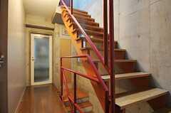 廊下と階段の様子。廊下の突き当たりが水周り設備です。(2011-05-12,共用部,OTHER,2F)