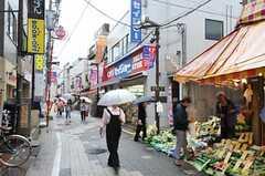 京王新線・幡ヶ谷駅からシェアハウスへ向かう途中の商店街の様子。(2011-05-12,共用部,ENVIRONMENT,1F)