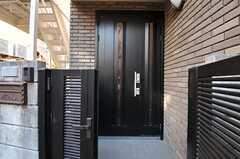シェアハウスの玄関ドアの様子。(2013-01-31,周辺環境,ENTRANCE,1F)