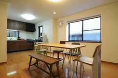 奥にキッチンがあります。(2013-01-31,共用部,LIVINGROOM,1F)